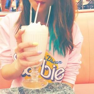 Dîner au Annettes à Disney Village (c'est à côté de chez moi !!) puis direction ciné pour Avengers2 ! #cinema#milkshake#diners#america#dessert#yummy#vanilla#manicpanic#bluehair#barbie#pink#pastel#nail#nailart#pastelnail#mint#annettes#burger#girl