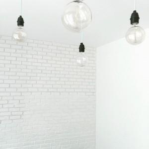 PRESQUE FINI !  Mon épaule droite est morte mais j'ai un beau mur de briques blanches dans le salon !! #deco#home#homesweethome#murdebriques#briquesblanches#brickwall#bricolage#blogeuse#blogeusebeaute#diy#ampoules#lustre#mint#edison#white
