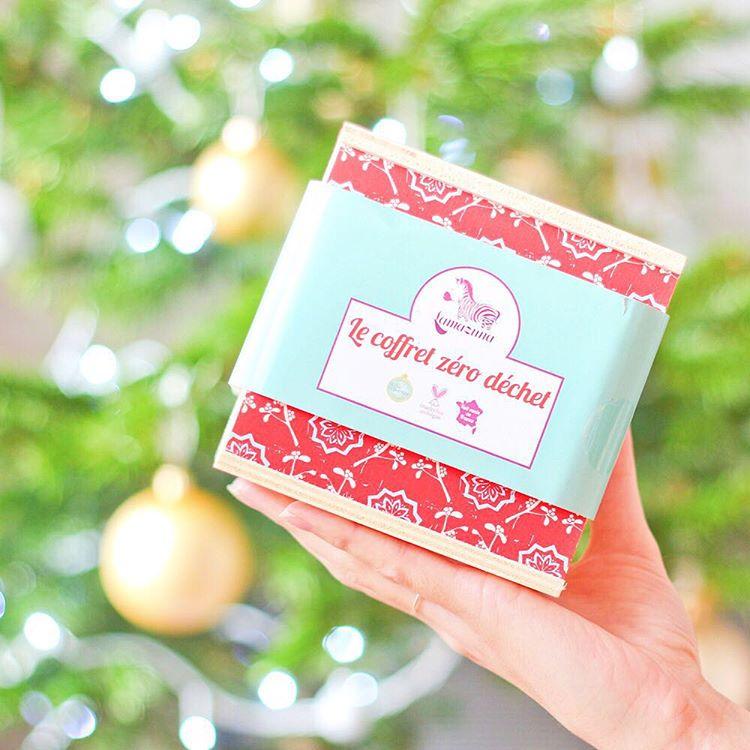 Hey les copains ! N'oubliez pas, vous avez jusqu'à ce soir pour commander le joli coffret Zéro Déchet @lamazuna pour l'avoir à temps pour Noël ! Dedans vous trouverez un déodorant solide, un shampoing solide que j'adore !! Un oriculi pour remplacer les coton tige et le super dentifrice solide ! #blog#blogbio#blogbeaute#lamazuna#zerowaste#zerodechet#shampoingsolide#deodorantsolide#oriculi#dentifricesolide#deodorantbio#shampoingbio#huilevegetale#huileessentielle#ideecadeau#routinenaturelle#routinenaturelle